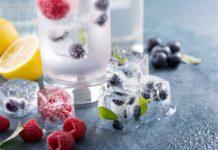lodowe kostki z owocami